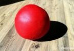 roter-redondo-ball-togu-auf dem Boden