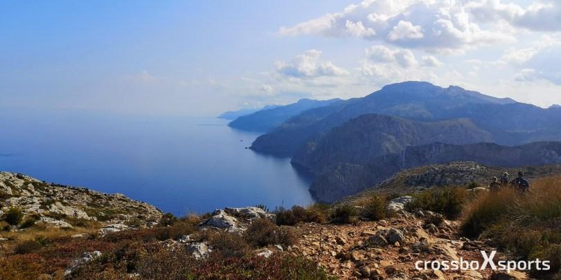Küste, blaues Wasser Berge