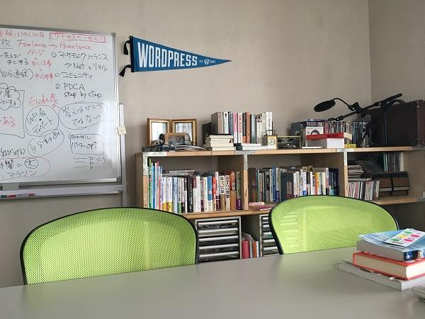 会議用椅子テーブルが写った写真