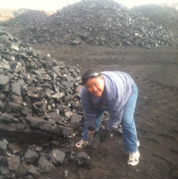 Hopi picking up coal at mine