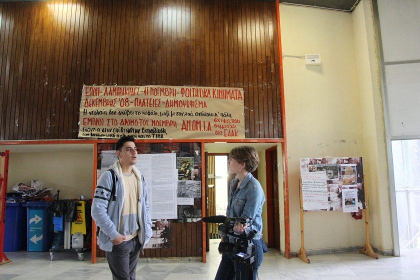 Dimitris studiert an der Uni in Thessaloniki. Nach seinem Studium will er aus Griechenland wegziehen.