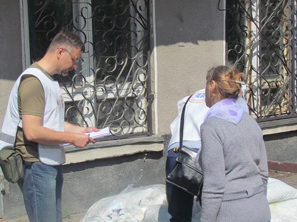 Христианская служба спасения дарит одежду жителям прифронтовых сел