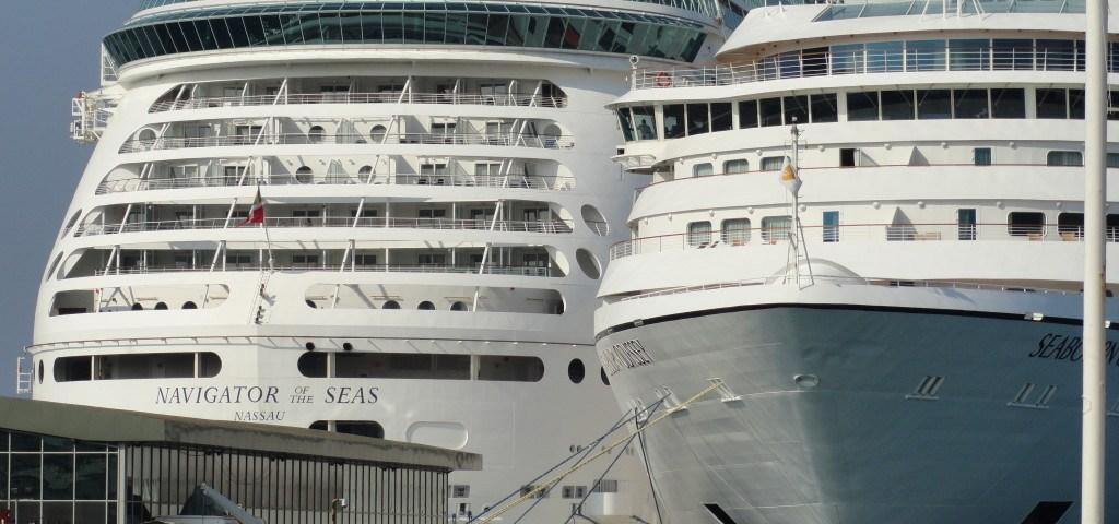 Kreuzfahrtschiffe im Hafen von Kusadasi