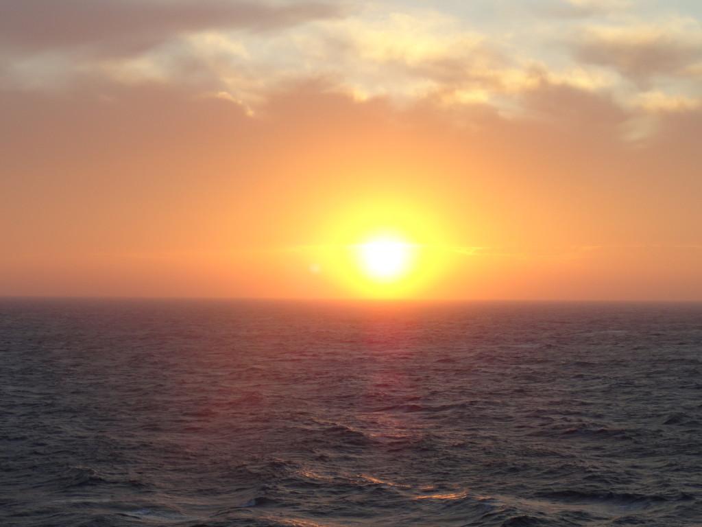 Blick auf den Sonnenuntergang vom Kreuzfahrtschiff