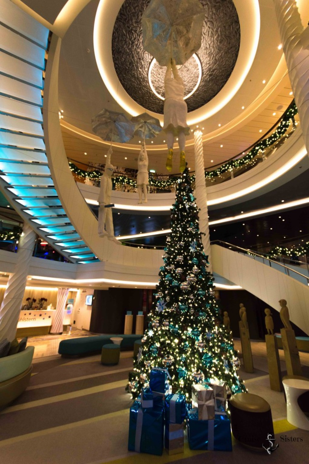 Lobby der Mein Schiff 4 an Heiligabend