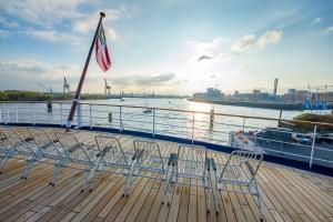 Sonnenstühle auf dem Bootsdeck der MS Astor