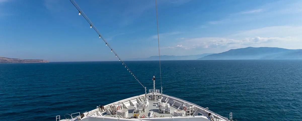 Aussicht vom Bug auf das blaue Meer an Bord der MS EUROPA 2