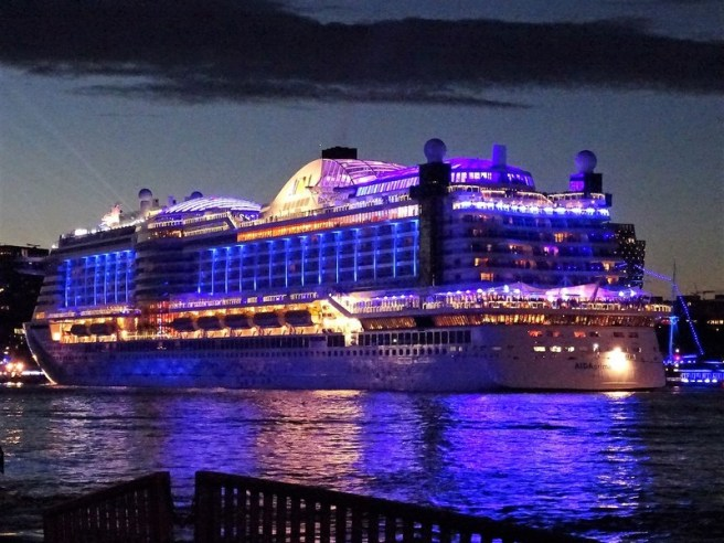 NORWEGIAN-JADE-Hamburg-Cruise-Days-2017-300x225 Hamburg Cruise Days 2017