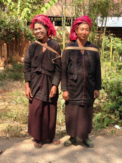 Glade lokale beboere i Indein landsbyen