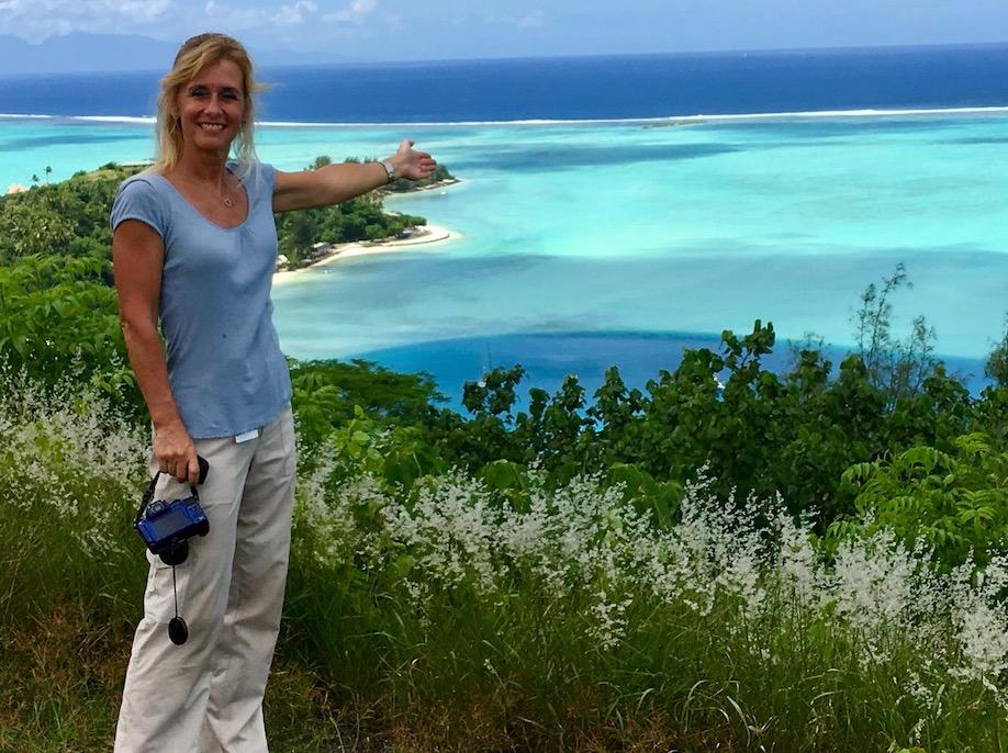 Monika ved udsigtspunkt, Fransk Polynesien