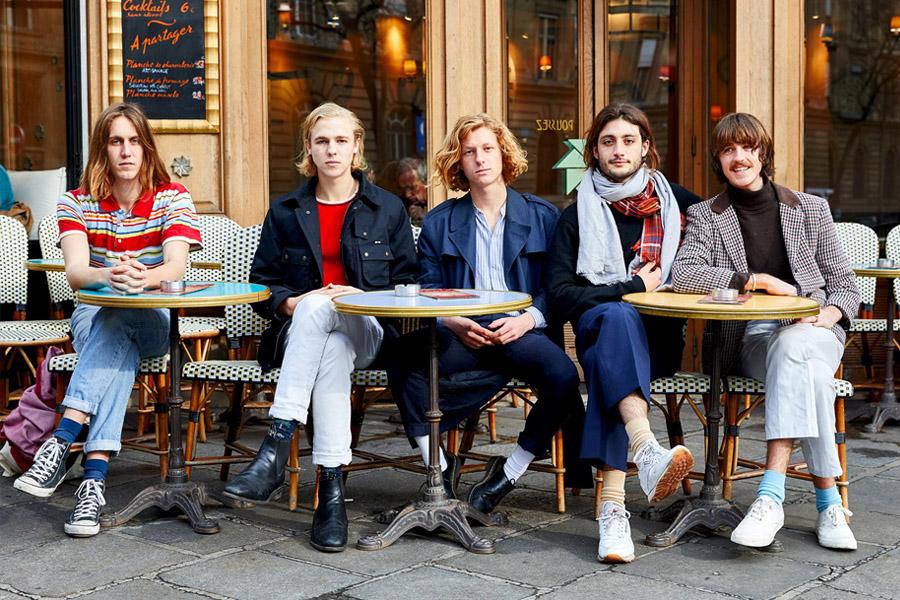 5 jeunes garçons alignés en terrasse à Paris.