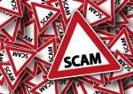 """Betrug Warnschilder mit """"SCAM"""" Aufdruck"""