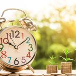 Blockchain Uhr mit Geldmünzenstapel