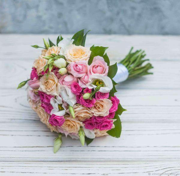 Розовый букет невесты из кустовых роз и эустомы – заказать ...
