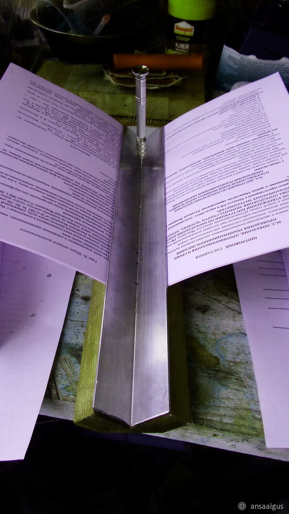 Het gedrukte boek wordt op het bord geplaatst.