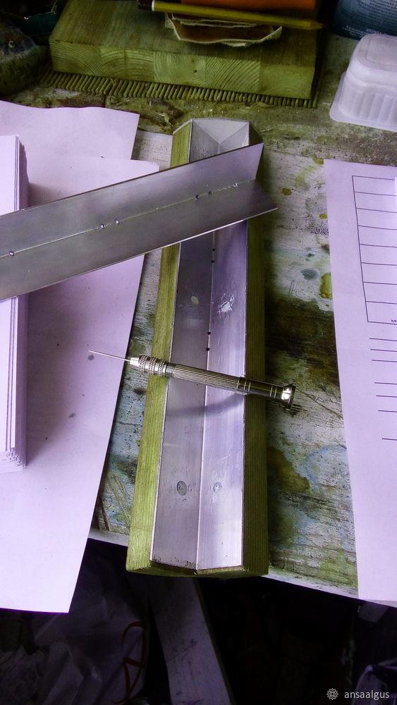 Een van de eenvoudige en minder arbeidsintensieve methoden voor de productie van binding thuis is de lijmbinding. Procedure: