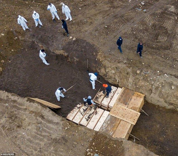 Массовое захоронение умерших от коронавируса на острове Харт в Нью-Йорке Коронавирус, Негатив, Нью-Йорк, Похороны, Гроб, Длиннопост