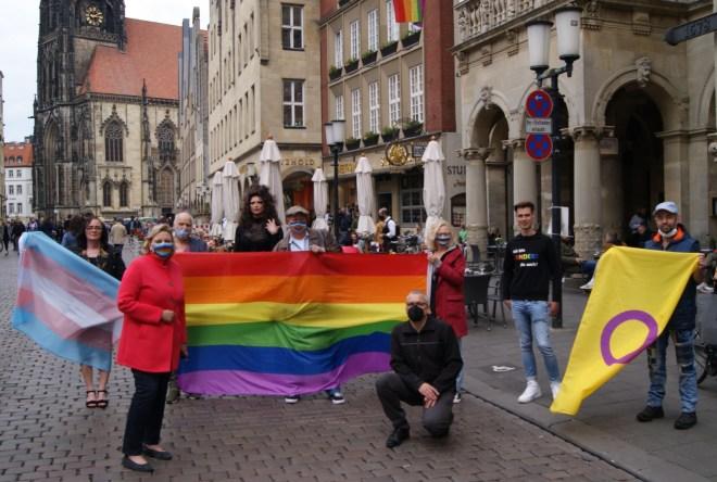 Landtagsabgeordnete Simone Wendland (CDU), Ratsfrau Maria Winkel (SPD), Ratsherr Carsten Peters (B90/Grüne) und Richard-Michael Halberstadt (Vorsitzender Ausschuss für Gleichstellung) sowie Petra Böhm (Vos. CSD Münster e.V.), Felix Adrian Schäper (Vors. TIMS e.V. i.g.), Jan Baumann (Queergemeinde Münster) sowie Dragqueen Liberty Lestrange