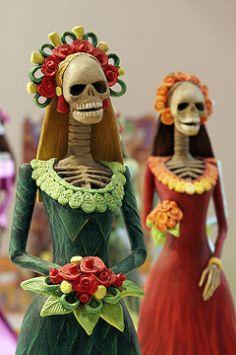 Catrinas are popular figures used in decorations for Día de los Muertos. Image: Wikipedia.