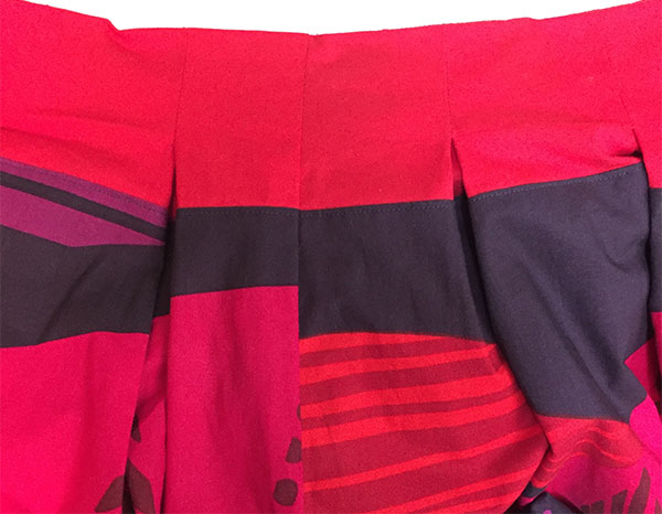 "Inverted pleat detail in color-blocked skirt using Marimekko ""Tultakero"" fabric -  CSews.com"