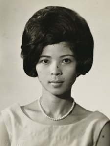 Mom with beehive hairdo in the 1960s - CSews.com