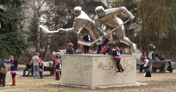 A Jégkorongozók a Vákár Lajos Jégpálya előtti parkban