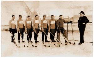 Az első csapatkép. Balról jobbra: Bedő Ákos, Schmidt Béla, Vákár Lajos, Löffler Aurél, Czáka István, Miklós Gyula, Dóczy János, Dóczy András intéző