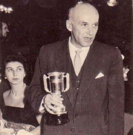 Sprencz Pál edzőként, az 1960-as bajnoki címért kapott kupával