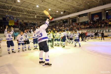 Papp Szabolcs Brassóban emelhette magasba a csíki hoki tizenhatodik bajnoki trófeáját