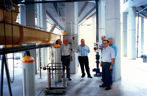 Bob Winks (second from the left) discussing the SIROFLO installation at Larnaca