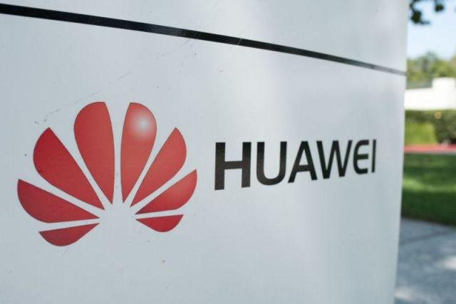 Une enseigne extérieure portant le nom et le logo de l'entreprise Huawei.