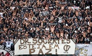 La torcida del Corinthians saluta S?crates