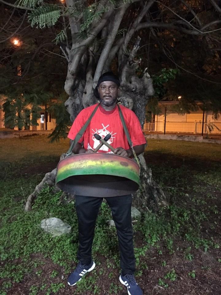 Mouny - joueur de tambour - groupe de carnaval Mass Moul Massif