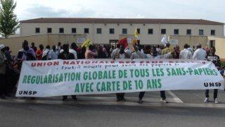 Au centre de rétention de Mesnil-Amelot, manifestation unitaire pour la fermeture des centres de rétention et des HOTSPOTS en Europe. 22/07/16 © C.& B.