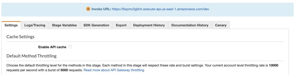 La console AWS affichant l'onglet Paramètres qui inclut les paramètres de cache. Au-dessus se trouve un avis bleu contenant l'URL d'invocation.