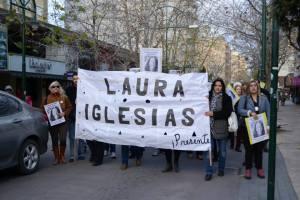 Laura iglesias con bandera blanca