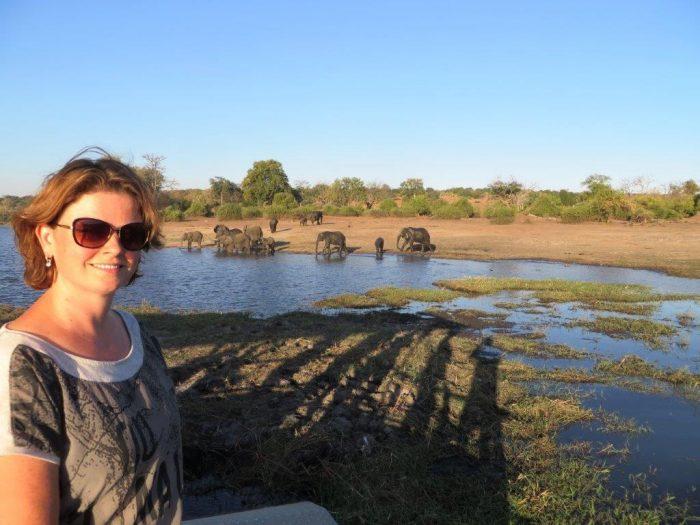 Claudia met olifanten op achtergrond