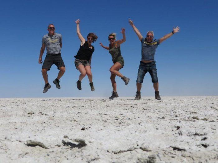 vier springende mensen