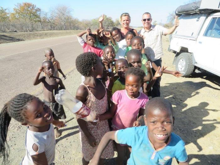 een groep Afrikaanse kinderen wil graag op de foto