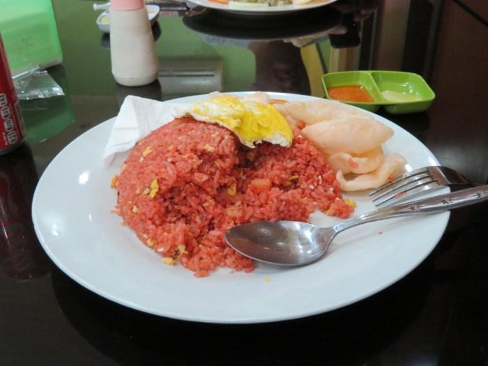 bord met portie nasi goreng