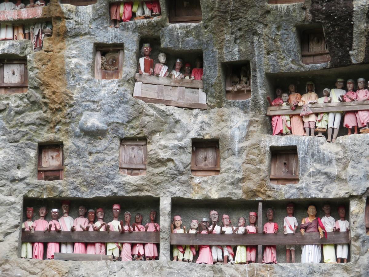 rotswand met poppen