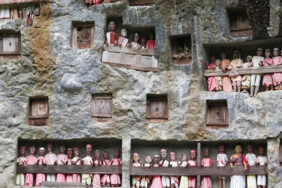 ingezoomd beeld van rotswand met tautau poppen