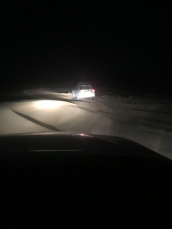 in het donker rijden we door de woestijn