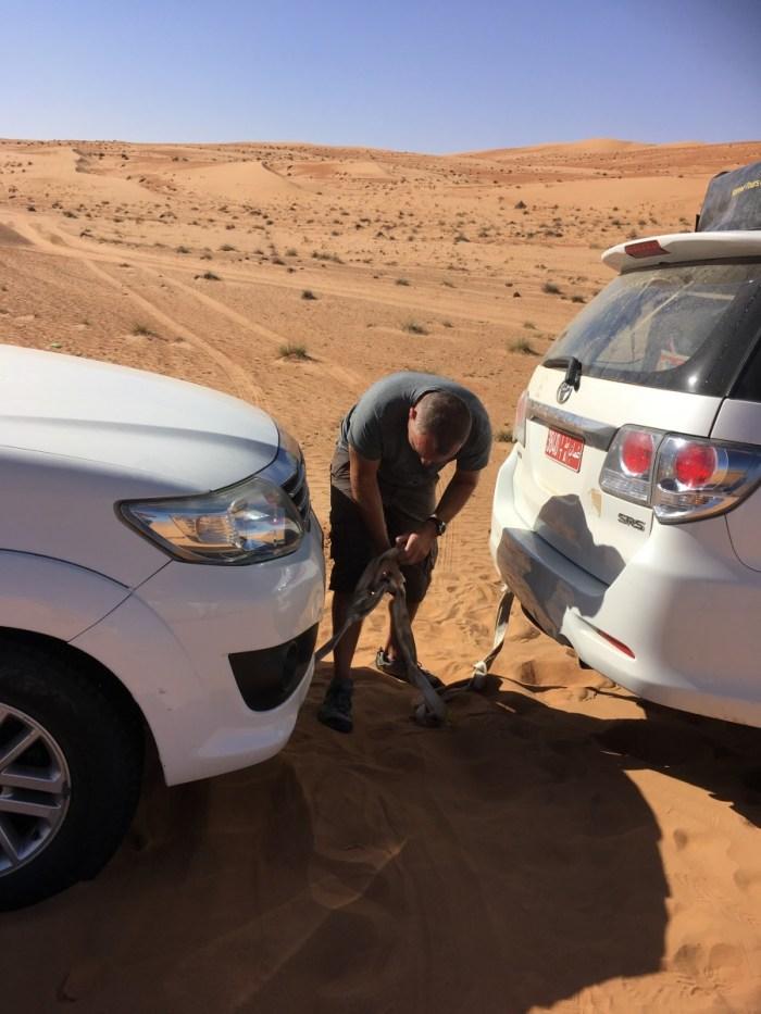 auto lostrekken in woestijn