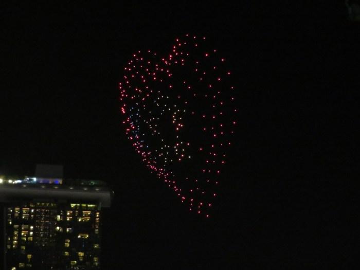 drones in lucht in vorm van hartjes
