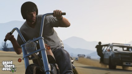 official-screenshot-trevor-outruns-swat-on-a-motorcycle