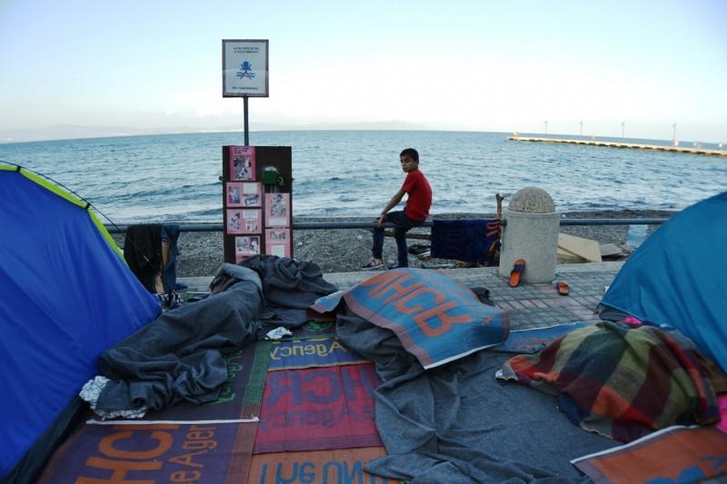 <p>Campamento improvisado de refugiados en el paseo marítimo de Kos.</p>