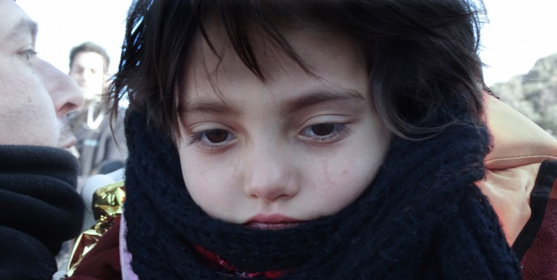 <p>Una niña siria, al poco de llegar a las costas de Lesbos.</p>
