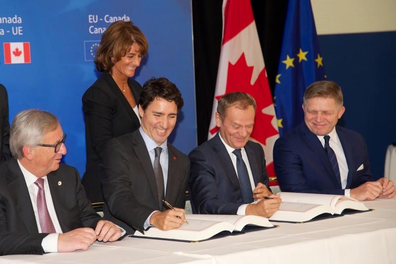 <p>Jean-Claude Juncker, Justin Trudeau, Donald Tusk y el primer ministro eslovaco, Robert Fico, durante la firma del CETA este domingo 30 de octubre.</p>