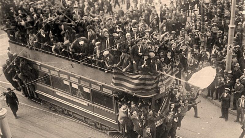 <p>Celebración de la Segunda República, el 14 de abril de 1931 en Barcelona.</p>